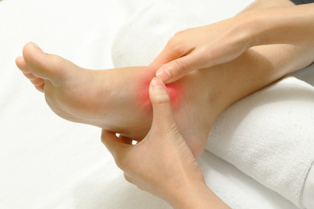 pies: Doctor que examina a un pie lesionado, lesi�n deportiva