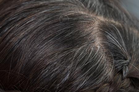 灰色行くクローズ アップ グレーと暗い根髪