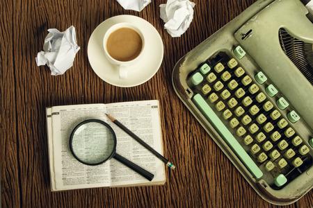 El diccionario tailandés considera bajo una lupa en el escritor Foto de archivo - 39330487