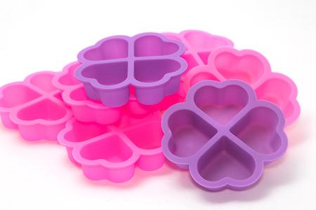 silicon: tazas para hornear de silicona, aisladas estaño magdalena de silicio fondo blanco
