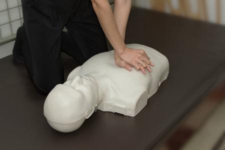 primeros auxilios: Instructor de Primeros Auxilios Mostrando resucitación RCP Técnica