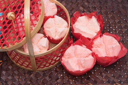 Gestoomde cupcake met rood papier in het rood mand, dessert voor Chinees Nieuwjaar