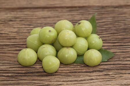 gooseberry: grosella espinosa india fresca en el fondo de madera