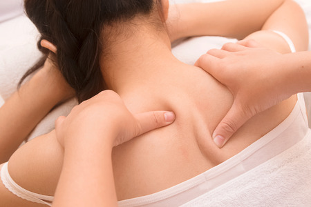 fisioterapia: Hermosa mujer asiática Primer tiene masaje visceral