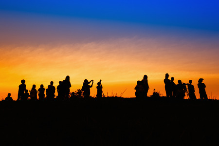 Profili i turisti ed i fotografi con bella alba sulla montagna Archivio Fotografico - 57230115