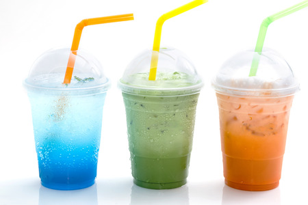 refrescos italiano azul y té helado en la taza de comida para llevar aislado en el fondo blanco