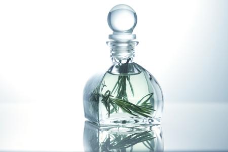 Huile essentielle de romarin dans une bouteille en verre, huile Aroma