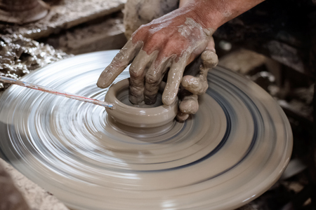 alfarero: Potter hace en la olla de cer�mica de barro de la rueda.