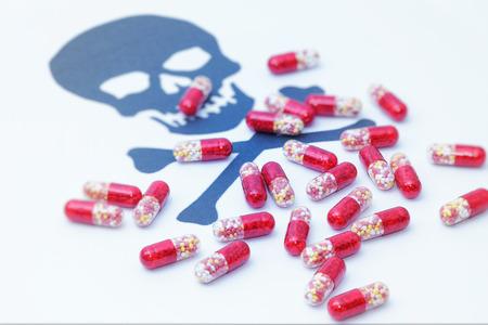 sobredosis: Error de medicación, píldoras médicas vertiendo en señal de peligro cráneo Foto de archivo