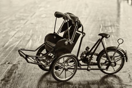 rikscha: Miniatur von trishaw oder Rikscha, Vintage-Stil