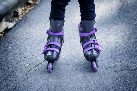 rolschaatsen op mooie meisje voeten