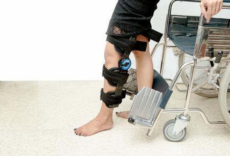 무릎 받침대 지원 환자가 훈련을받으며 재활 치료를받습니다.