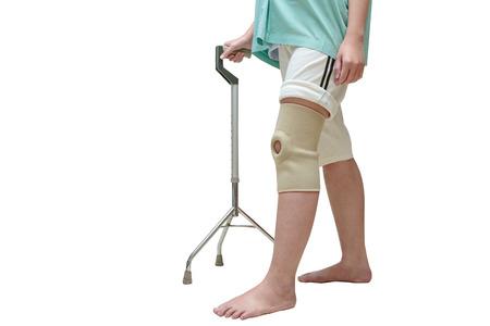 Mujer en apoyo de rodilla caminando sobre bastón, aislar en blanco