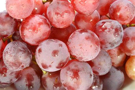 stagionali uva con foglie su fondo bianco