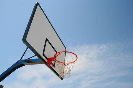 Basket telaio, la pallacanestro di strada in cielo blu chiaro