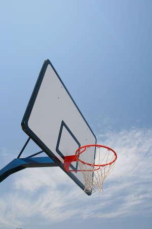 Basket Hoop, il basket di strada in virt� chiara cielo blu