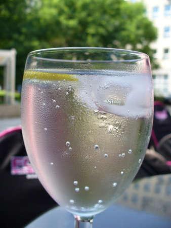 gelido freddo bevanda rinfrescante rugiadoso nel bicchiere con il limone e Ice Cube Archivio Fotografico