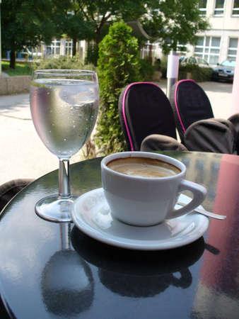 caff� e acqua sul tavolo nel bar