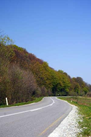 strada che attraverso la natura, con cielo blu chiaro