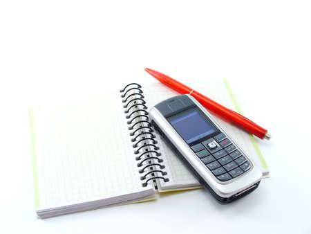 libro bianco con una penna e telefono cellulare su di esso