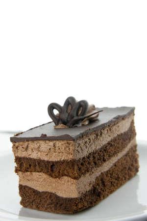 trozo de pastel: Pastel de chocolate en un plato blanco aislado