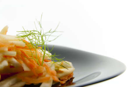 Insalata di finocchio con carote e mele su un piatto nero