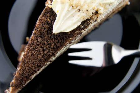 Torta di cookies con forchetta su un piatto nero