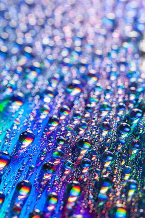 arco iris: Gotas de agua sobre fondo multicolor