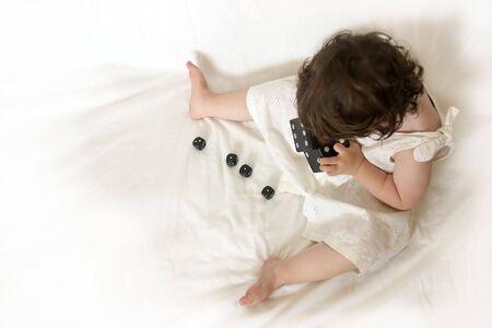 Niña jugando con dados, visto desde arriba.  Foto de archivo - 469203