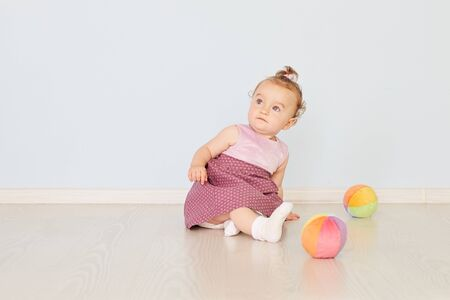 klein kind speelt met speelgoed in de studio Stockfoto