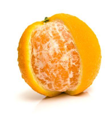 segmentar: Ripe Orange en blanco. Honor de una c�scara de una naranja es cortado en forma de un segmento. Someras DOF.  Foto de archivo