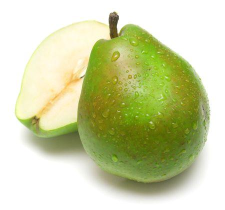 pera: Juicy peras verdes sobre fondo blanco. Aislamiento en blanco.