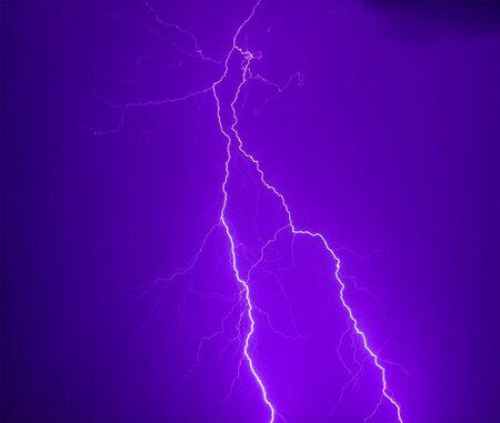 Foto de un rayo durante una tormenta de truenos, sobre un fondo oscuro del cielo azul oscuro Foto de archivo - 3322272