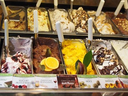 central square: San Gimignano, Italia - 10 ottobre 2010: gusti gelato nella famosa gelateria mondo 'Gelateria di Piazza' nella piazza centrale di San Gimignano, che ha vinto diversi premi internazionali, tra cui il 'Campionato del Mondo Ice Cream' Editoriali