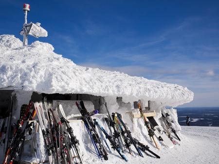 top 7: Yll�s, Finlandia - 7 de marzo de 2011: Varias marcas de esqu�s y snowboards apoyado en un nevado en el restaurante en la cima de la monta�a, el esqu�. Editorial