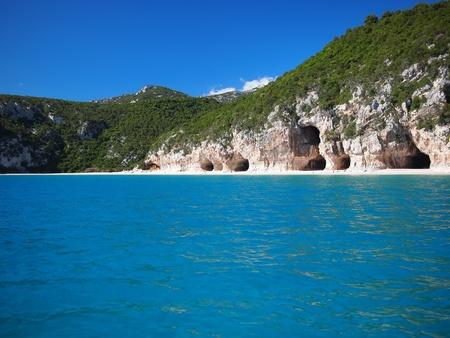 di: Blue sea and the characteristic caves of Cala Luna, a beach in the Golfo di Orosei, Sardinia, Italy.