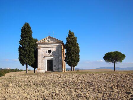 cappella: Cappella di Vitaleta de cipreses entre San Quirico d'Orcia y Pienza en el Valle de Orcia, en Toscana, Italia. Foto de archivo