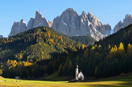 sudtirol: The famous church of San Giovanni in Ranui (Sankt Johann) in front of the Geisler or Odle dolomites mountain peaks in Santa Maddalena (Sankt Magdalena) in the Val di Funes in Italy. Stock Photo