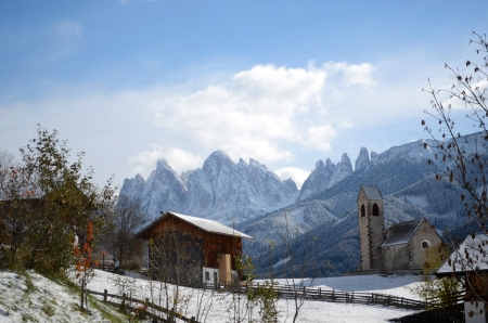 san giacomo: The mountain village and church of St. Jakob (San Giacomo) near St. Magdalena (Santa Maddalena) in the Villnosstal (Val di Funes) in South Tyrol in Italy in winter with in the background the Geisler (Odle) dolomites group.