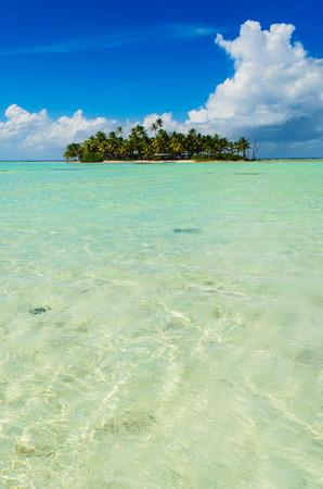 onbewoond: Onbewoond of onbewoond eiland in de Blue Lagoon in Rangiroa atol, een eiland van de archipel Tahiti Frans-Polynesië in de Stille Oceaan. Stockfoto