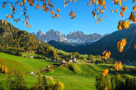 church group: The mountain village and church of St. Magdalena Santa Maddalena in the Villnsstal Val di Funes in South Tyrol in Italy with the background in the dolomites Odle Odle mountain group. Stock Photo