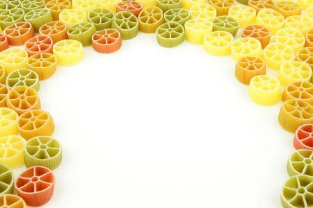 durum: Tri colore rotelle ou des p�tes ruote sur un fond blanc Fait de bl� dur color� avec des pigments naturels Banque d'images