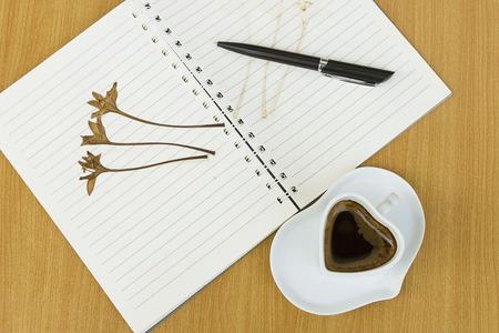 flores secas: Cuadernos, bolígrafos, café y flores secas. Memorias de registro concepto de amor.