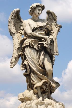 escultura romana: Ponte Sant'Angelo en Roma, Italia Foto de archivo