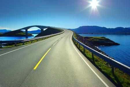 autopista: Pintoresco paisaje de Noruega. Atlanterhavsvegen Foto de archivo