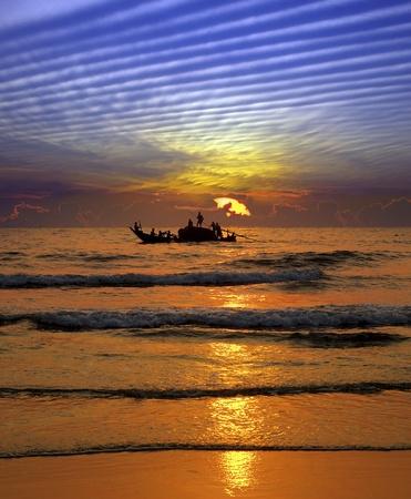 bateau de peche: P�che au coucher du soleil sur le fond du ciel fantastique. Inde