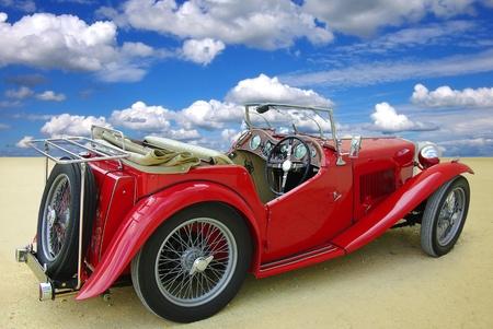 Klassieke rode cabriolet op een achtergrond van de blauwe hemel
