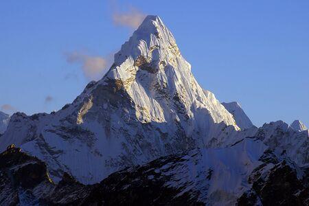 Schilderachtig nepalese landschap met Ama Dablan 6856 Stockfoto