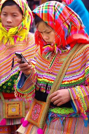 sunday market: Lao Cai, Vietnam, 02 de enero 2011-La chica joven con un tel�fono m�vil en el mercado de los domingos en Lao Cai. Lao Cai, Vietnam
