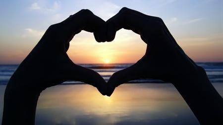 Zeegezicht met symbool-hart op de voorgrond tijdens zonsondergang Stockfoto